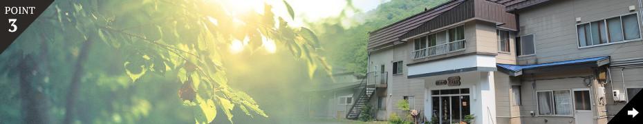 北海道の大自然に抱かれた山間の一軒宿。自然の光、音に囲まれて静かな時間を過ごす